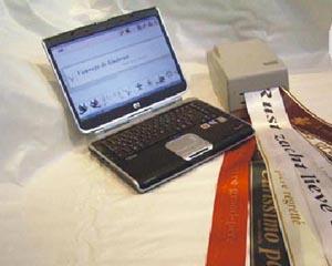 Imprimanta pe panglica de matase si laptop